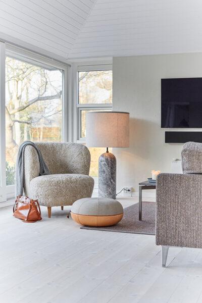 Stuen med tv i Guesthouse de luxe ved Gilleleje Badehotel.