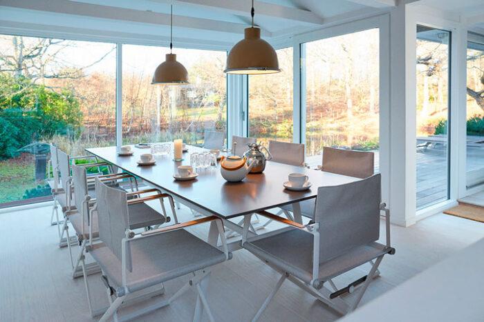 I udestuen er der spisebord og stole med plads til 8 personer.