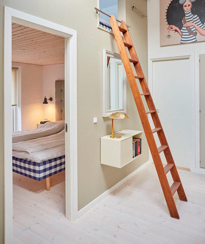Guesthouse de luxe har soveværelse med dobbeltseng og hems, velegnet til to børn i alderen 8-18 år.