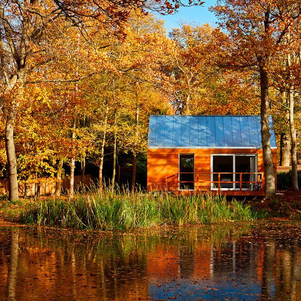 Hytte 1 ved Hytterne i skoven ved Gilleleje Badehotel med udsigt til den smukkeste sø.