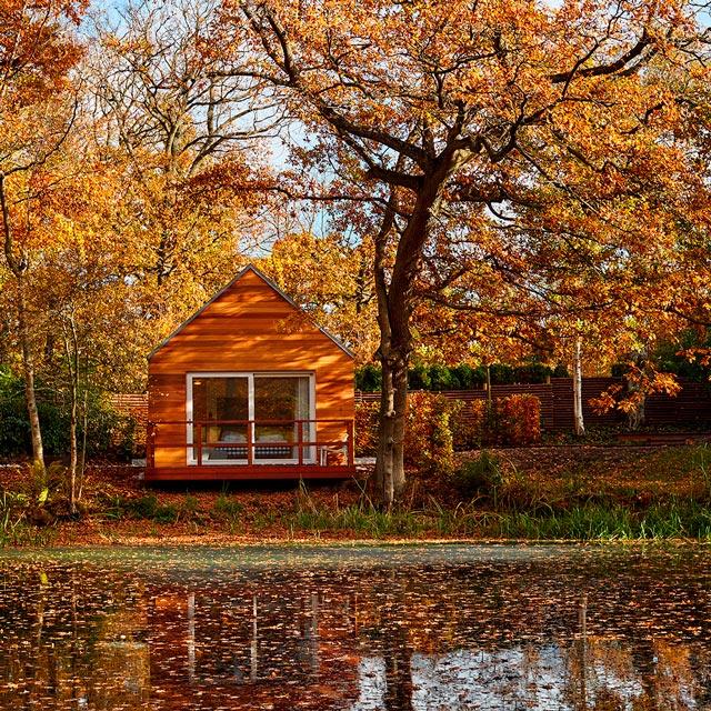 Hytterne i skoven ved Gilleleje Badehotel med udsigt til den smukkeste sø i private omgivelser.